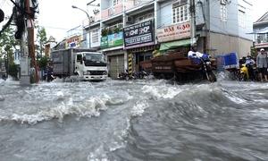 Nước cuồn cuộn trên đường sau cơn mưa lớn ở Sài Gòn