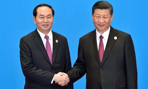 Chủ tịch nước Trần Đại Quang bắt tay Chủ tịch Trung Quốc Tập Cận Bình ngày 15/5. Ảnh: Reuters.