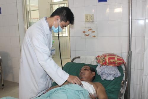 Ông Phong được cấp cứu tại bệnh viện. Ảnh: Phước Tuấn