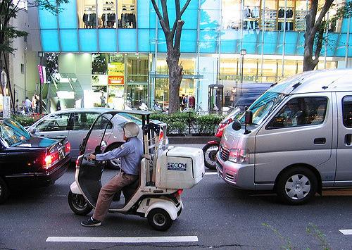 dua-xe-scooter-giao-pizza-chuyen-chi-co-o-nhat