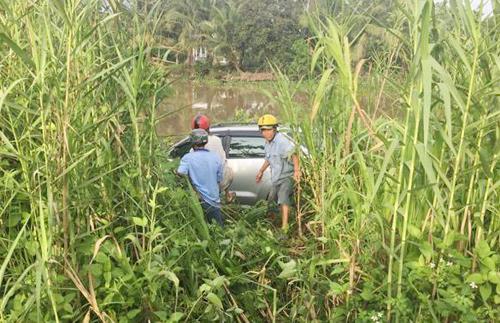 Ôtô lao xuống bờ sông cạnh Quốc lộ 1A sau khi tông trực diện vào 3 xe máy. Ảnh: Trần Tâm.