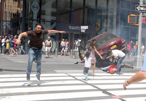 Nghi phạmRichard Rojas lao ra khỏi xe sau khi đâm nhiều người. Ảnh: BAC