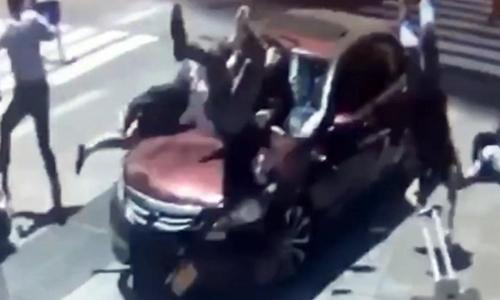 Ôtô hôm 18/5 lao vào người đi bộ ở Quảng trường Thời đại. Ảnh chụp màn hình: 911BreakingVideo