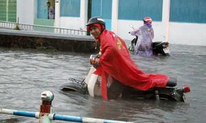 Người Sài Gòn vượt nước ngập sâu, chảy như thác trong mưa
