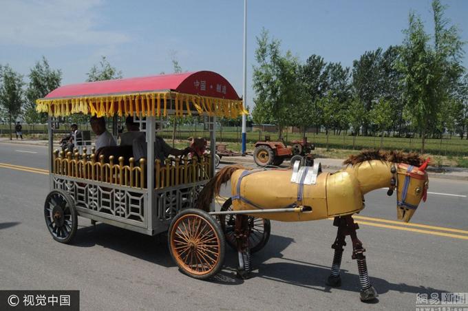 Lão nông Trung Quốc chế tạo 'ngựa sắt' diễu phố
