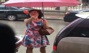 Nữ tài xế đỗ ôtô chắn cửa hàng văng tục: 'Tao không biến'