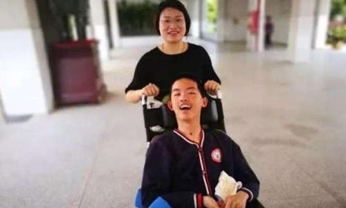 Giáo viên Đồng Thục Phương và học sinh Chương Hạo Kiệt. Ảnh: Chinanews