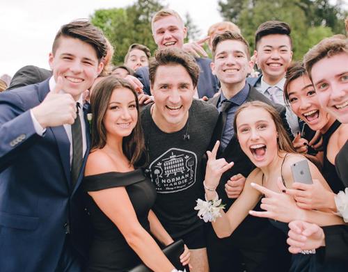 Nhóm học sinh vui mừng chụp ảnh cùng Thủ tướng Canada Justin Trudeau. Ảnh: Instagram