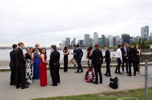 Thủ tướng Canada chạy bộ ngang qua  nhóm học sinh THPT tham gia dạ hội. Ảnh: Twitter.