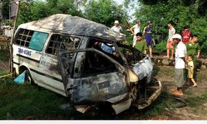 Ôtô 16 chỗ bốc cháy sau cú đâm trực diện của tàu hỏa