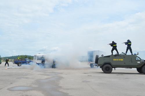 Đội đặc nhiệm số 2, diễn tập chống khủng bố, giải cứu con tin. Ảnh: Hoàng Dung.