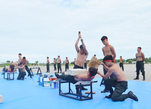 Đội đặc nhiệm số 2, biểu diễn sức mạnh công phu. Ảnh: Hoàng Dung.