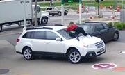 Bị cướp ôtô, nữ chủ phi thân lên nắp capô giành lại xe