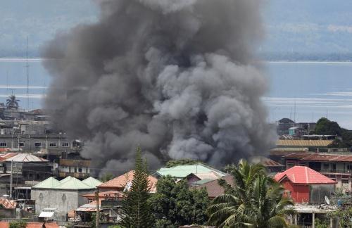 Khói bốc lên do giao tranh tại Marawi. Ảnh: Reuters