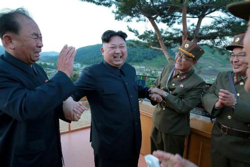 bo-ba-than-tin-cua-kim-jong-un-dung-sau-chuong-trinh-ten-lua
