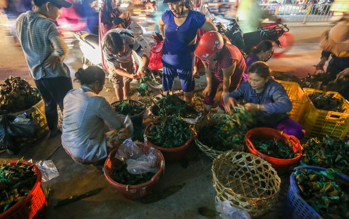 Người Sài Gòn tấp nập sắm đồ cúng Tết Đoan ngọ