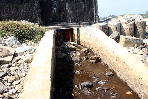 Công nước phía sau nhà máy đường Khánh Hòa đổ chất thải ra đầm Thuỷ Triều. Ảnh: P.X