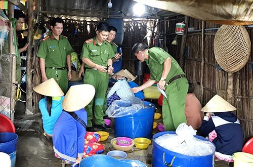 Cơ sở bơm tạp chất vào tôm ở Bạc Liêu bị cảnh sát phát hiện. Ảnh: Phúc Hưng