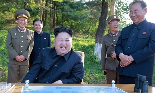 Nhà lãnh đạo Triều Tiên Kim Jong-un tươi cười khi giám sát vụ phóng thử tên lửa hôm 22/5. Ảnh: KCNA.