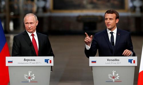 Tổng thống Nga Vladimir Putin (trái) và người đồng cấp Pháp Emmanuel Macron trong cuộc họp báo chung tại cung điện Versailles ngày 29/5. Ảnh: Reuters.