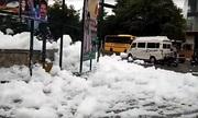 Bọt chất thải độc hại phủ trắng xóa đường phố Ấn Độ