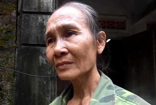 Bà Trần Thị Minh bật khóc khi nói về mức tiền bồi thường ngôi nhà bị hư hỏng được 10 triệu đồng. Ảnh: Đắc Thành