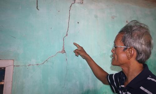 Tường nhà ông Phạm Minh Hoàng nhiều vết nứt xuất hiện khi thi công đường cao tốc. Ảnh: Đắc Thành