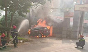 Ôtô Mazda CX-5 bốc cháy trơ khung vì đỗ trên đống rác vừa đốt