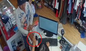 Thanh niên làm 'ảo thuật' trộm điện thoại trước mặt cô gái