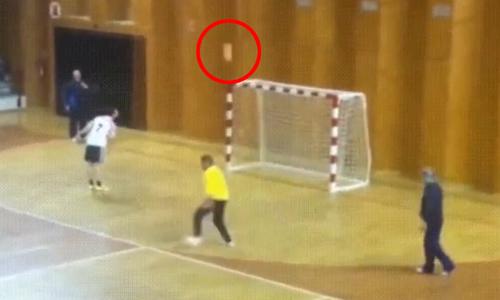 Do mải ăn mừng mà anh chàng thủ môn không biết rằng quả bóng đang từ từ vào lưới