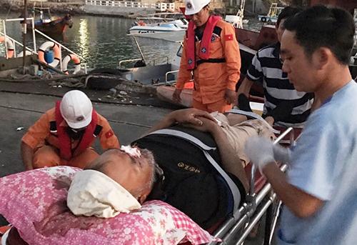 Người đàn ông nước ngoài bị nạn trên biển được đưa vào đất liền cấp cứu. Ảnh: An Phước