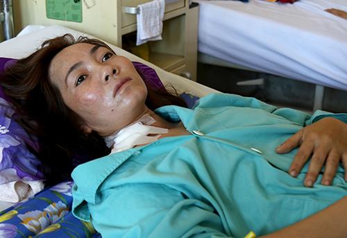 Người vợ bị chồng truy sát được chăm sóc tại bệnh viện. Ảnh: Xuân Ngọc