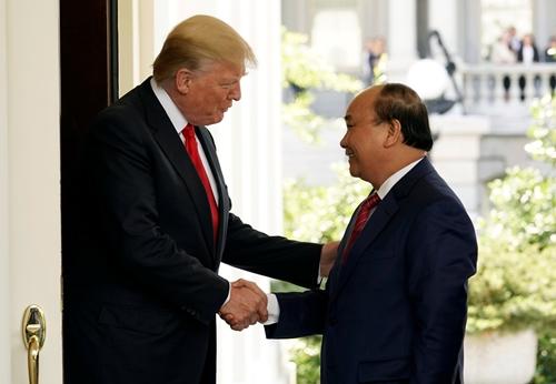 Tổng thống Mỹ Donald Trump đón Thủ tướng Nguyễn Xuân Phúc tại Nhà Trắng. Ảnh: Reuters.