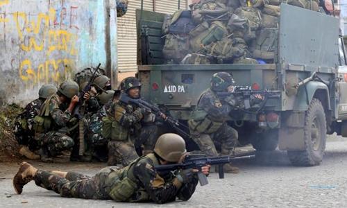 Binh sĩ Philippines chiến đấu với phiến quân ở thành phố Marawi. Ảnh: Reuters