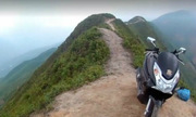 Chàng trai phóng xe máy trên sườn núi khủng long cao 2.000m
