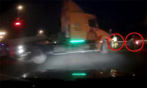 Container suýt tông hai xe máy vì sang đường ẩu