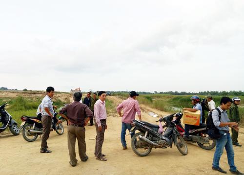 : Người dân chặn xe khai thác cát tại mỏ cát thôn An Phú. Ảnh: Thạch Thảo.