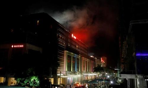 Khói bốc lên từ sòng bạc bị tấn công ở Manila. Ảnh: Reuters