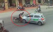 Quái xế cắm thẳng xe máy vào đầu taxi