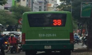 Tài xế phi xe buýt lên vỉa hè để tránh tắc đường