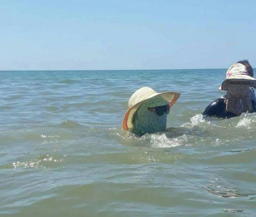 Kể cả lúc tắm biển.