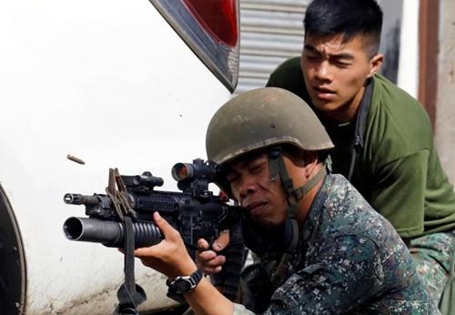 Lính Philippines chiến đấu ở thành phố Marawi. Ảnh: Reuters