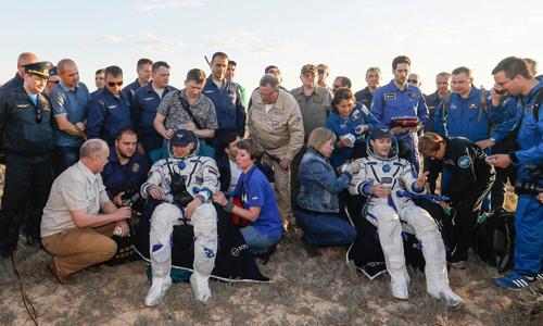 Hai phi hành gia được đội cứu hộ ở mặt đất chăm sóc. Ảnh: Roscosmos
