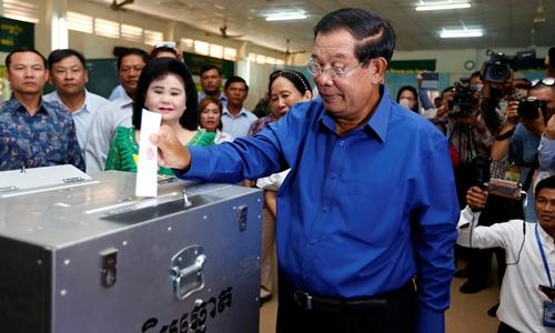 Thủ tướng Campuchia Hun Sen bỏ phiếu tại tỉnh Kandal ngày 4/6. Ảnh: Reuters.
