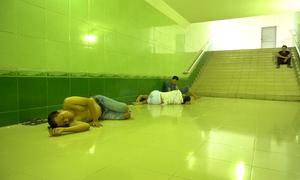 Người Hà Nội chui hầm bộ hành, gầm cầu ngủ tránh nóng