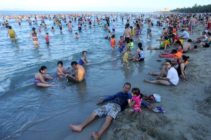 Nắng nóng, người dân đổ xô đi tắm biển