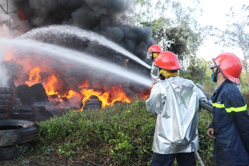 Hơn 3 giờ tích cực chữa cháy nhưng lửa vẫn chưa được khống chế. Ảnh: Hà Xuyên.