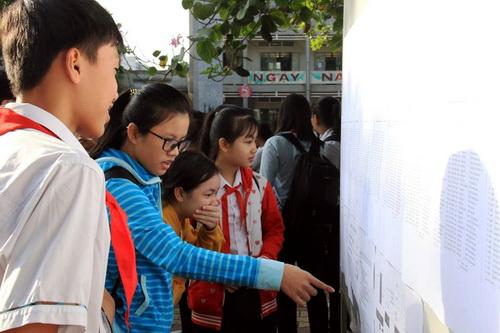 Các em học sinh xem số báo danh thi vào lớp 10 sáng nay. Ảnh: Phước Tuấn