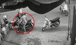 Trộm dàn cảnh bẻ khóa xe máy trong 2 giây