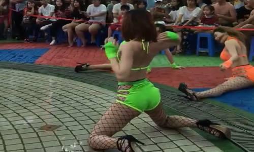 4-co-gai-nhay-sexy-truoc-tre-em-o-dam-sen-gay-tranh-cai